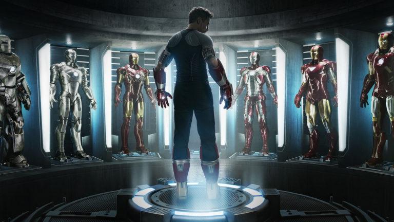 imagem do homem de ferro em frente às suas roupas de super heroi
