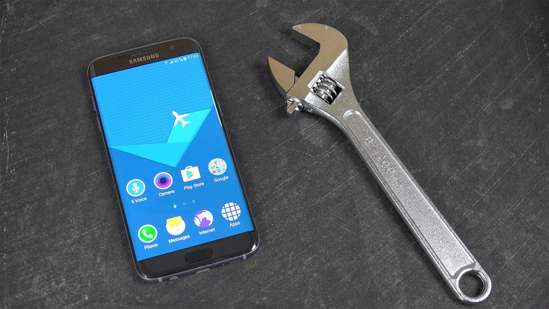 imagem de um aplicativo ao lado de uma chave de fenda representando os produtos tecnologicos