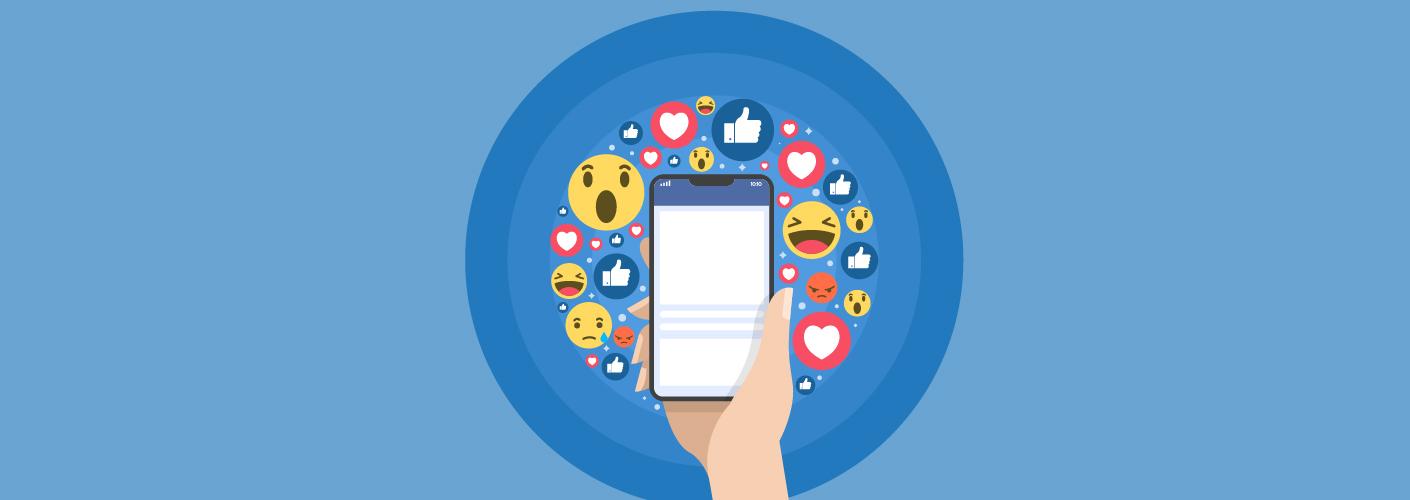 imagem de um participante mexendo em seu aplicativo do celular e estimulando o engajamento e networking no evento
