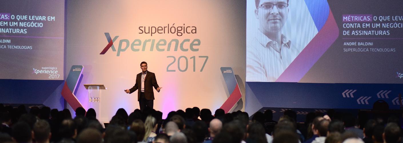 imagem de um palestrante no evento da Superlogica Xperience