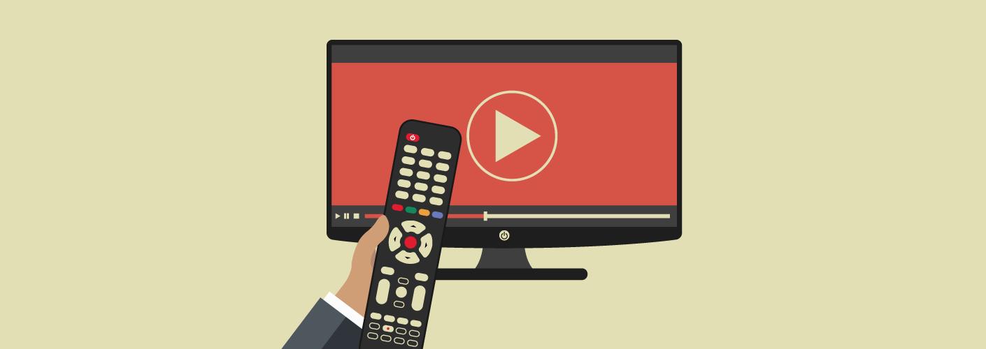 imagem de uma pessoa ligando a televisão com um controle remoto na mão