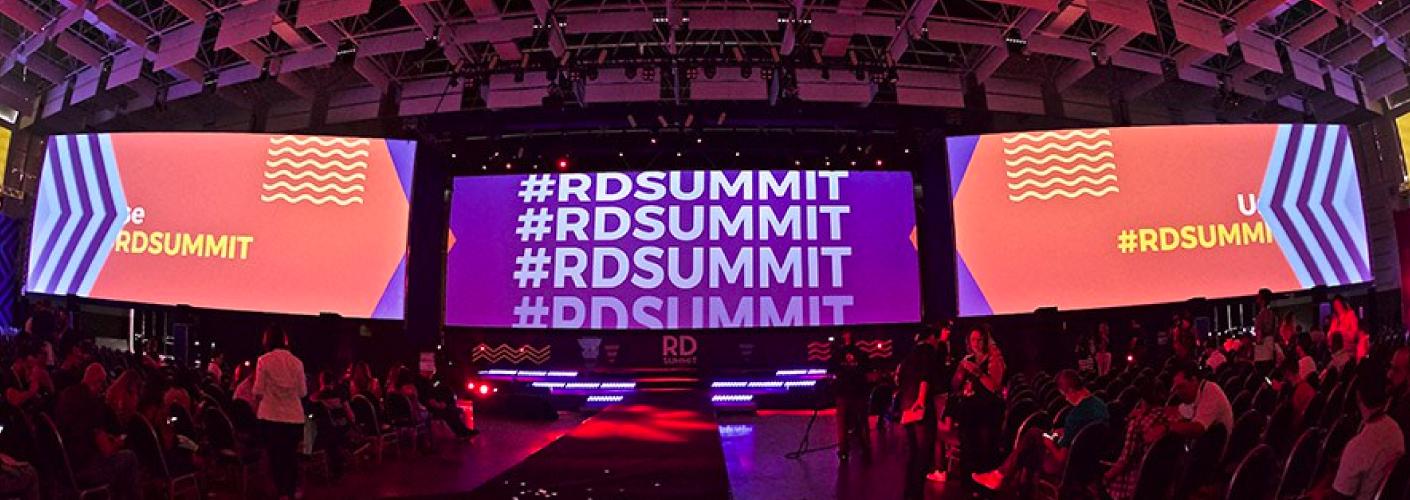 foto dos painéis das palestras do RD Summit