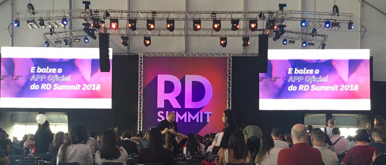 foto do rd summit em uma palestra