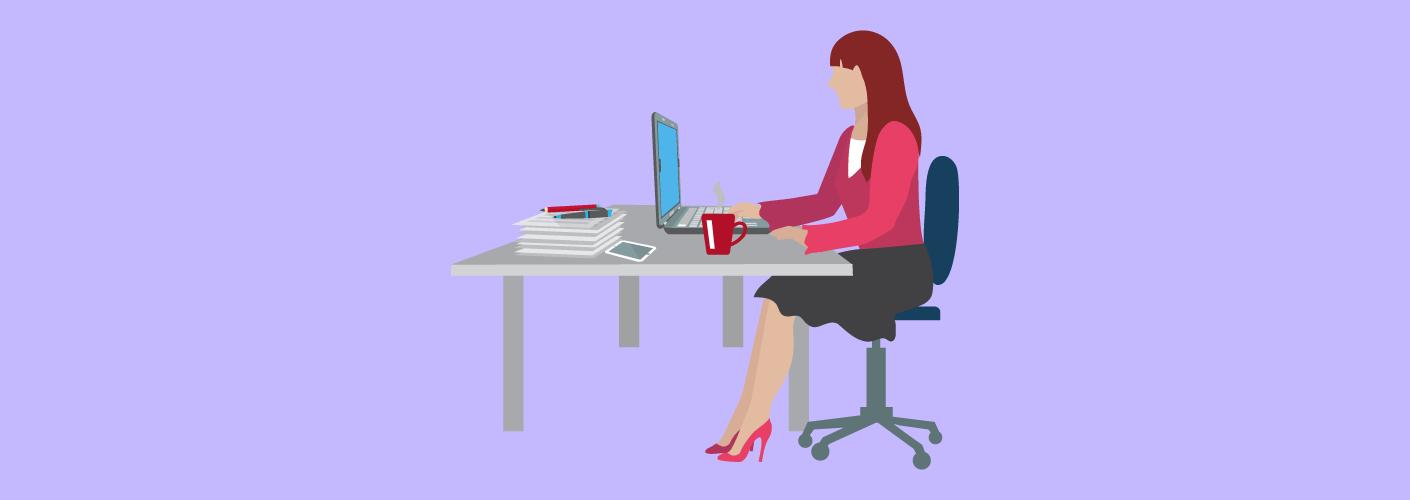 Mulher sentada no escritório em frente ao computador, trabalhando na posição de produtor interno do evento